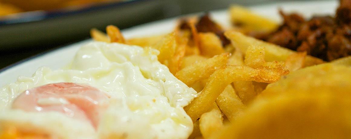 Huevos fritos con patatas Restaurante Carús
